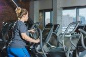 obézní žena dělá kardio trénink v tělocvičně