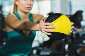 immagine potata della donna sportiva allenamento con palla medica presso palestra