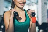 oříznutý obraz sportovní ženy trénink s činkami v posilovně
