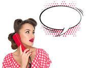 Porträt von Pin-up Frau am alten Telefon mit leeren Sprechblase isoliert auf weiss