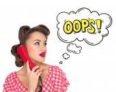 Porträt einer Pin-up-Frau, die auf einem alten Telefon spricht, mit einem auf Weiß isolierten Zeichen im Comic-Stil