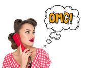 Porträt einer Pin-up-Frau, die auf einem alten Telefon mit einem omg-Zeichen im Comic-Stil spricht, isoliert auf weißem Grund