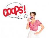 Porträt der modebewusste junge Frau in Pin-up Stil Kleidung mit isoliert oops Sprechblase aus Lautsprecher auf weiss
