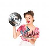 krásná mladá žena v retro oblečení s potravinami před frajeři nápis na servírovací podnos v rukou izolované na bílém