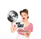 schöne junge Frau in Retro-Kleidung mit Verkauf Sprechblase auf Tablett in Händen isoliert auf weiss