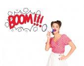 Porträt einer modischen jungen Frau in Pin-up-Kleidung mit Comic-Boom explodieren aus einem Lautsprecher isoliert auf weiß