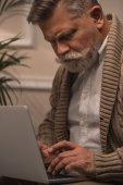 Fotografie Nahaufnahme eines älteren Mannes mit Laptop