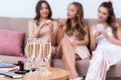 Fényképek a tábla és a barátnője beszél mögött pohár pezsgő kiadványról