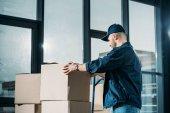 Courier skládání kartonových krabic na vozík