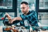 Projektant hardware přilbou na pracovišti