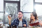 Žena a muž inženýři při pohledu na hardware prvek