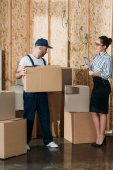 Photo Businesswoman giving instructions to delivery man with box