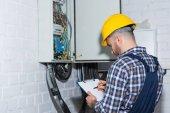 Profesionální elektrikář kontrola vodičů v elektrické pole