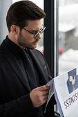 Boční pohled na podnikatele v brýlích čtenářský deník