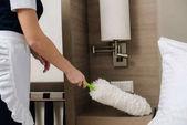 Fotografie Oříznout záběr služka v uniformě čištění hotel oblek s prachovkou