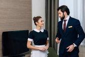 mladí hotel servisní personál mluví v suite