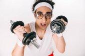 Portrét mladého tenké sportovce v brýle drží činky izolované na bílém
