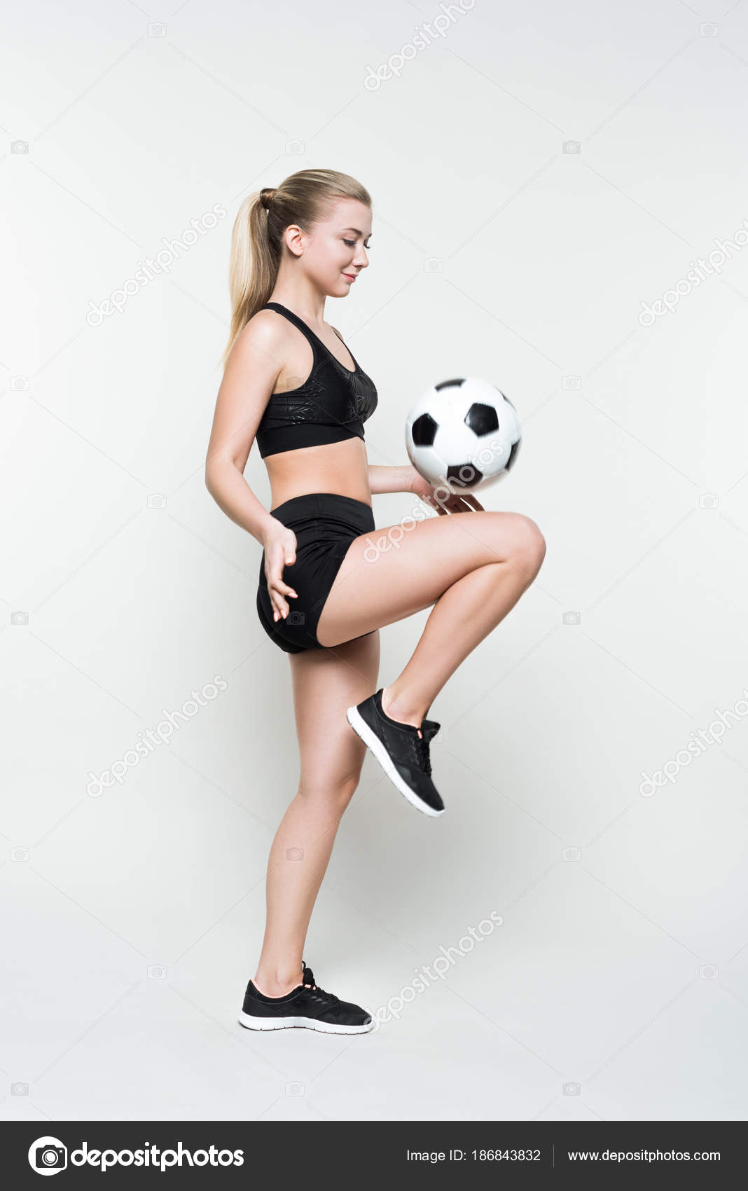 03f80744530d1 Mujer joven en deportes superior jugando con balón de fútbol aislado sobre  fondo blanco — Foto de ...