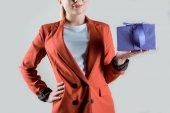 Dárková krabice v ženské ruce, izolované Grey