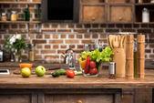 čerstvé bio ovoce a zelenina, digitální tabletu a dřevěné kuchyňské nádobí na stole