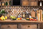 Zeleninový salát v míse, čerstvého ovoce a zeleniny na kuchyňském stole