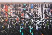 různé moderní kola prodávají v prodejně jízdních kol