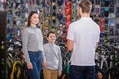 vissza view nézett mosolyogva anya és fia-kerékpár üzlet eladó