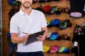 lövés a mosolygó írás vágólapra bike shop fiatal igazgató vágott
