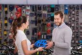 fiatal női eladó találat sisak mosolygó vevő kerékpár üzlet