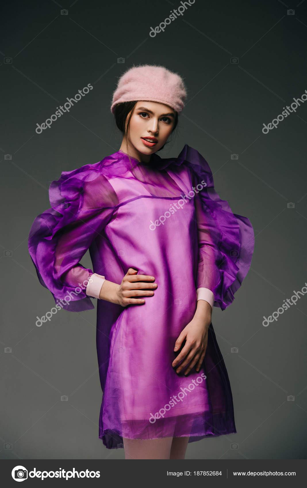 Retrato Mujer Con Estilo Vestido Púrpura Sombrero Posando Sobre ...