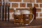 dvě sklenice piva na kuchyňské lince