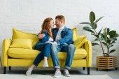 Fotografia Donna di redhead e uomo che abbraccia sul sofà