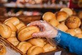 részleges kilátás nyílik a vásárló vevő vekni kenyeret élelmiszerüzlet
