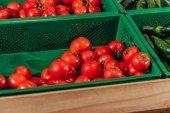 zblízka pohled uspořádány čerstvých rajčat v obchodu s potravinami