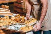 Fényképek vágott lövés a férfi üzlet eladó tészta szupermarketben megszervezése
