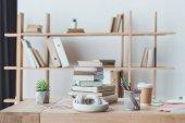 fejhallgató, a könyvek és a kávé-tábla, világos belső tér