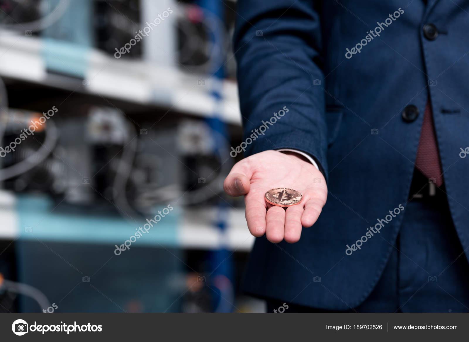 Stáhnout - Oříznuté zastřelil podnikatel drží bitcoin na farmě těžba kryptoměn - Stock obrázek