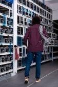 Rückansicht eines Computeringenieurs mit Ethernet-Drähten auf der Schulter im Kryptowährungsbergbau