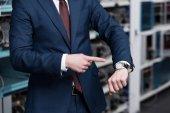 Fotografie zugeschnittenen Schuss der Geschäftsmann zeigte auf Armbanduhr Astraleums Bergbau Farm