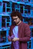 schöner Computeringenieur mit Ethernet-Drähten auf der Minenfarm von Ethereum