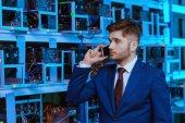 Erfolgreicher Jungunternehmer telefoniert auf der Minenfarm von Ethereum