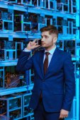 Fotografie hübscher junger Geschäftsmann Gespräch per Telefon unter Astraleums Bergbau Bauernhof