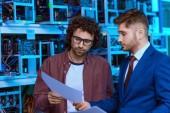 mladý podnikatel a počítače inženýr pracují společně na farmě důlní ethereum