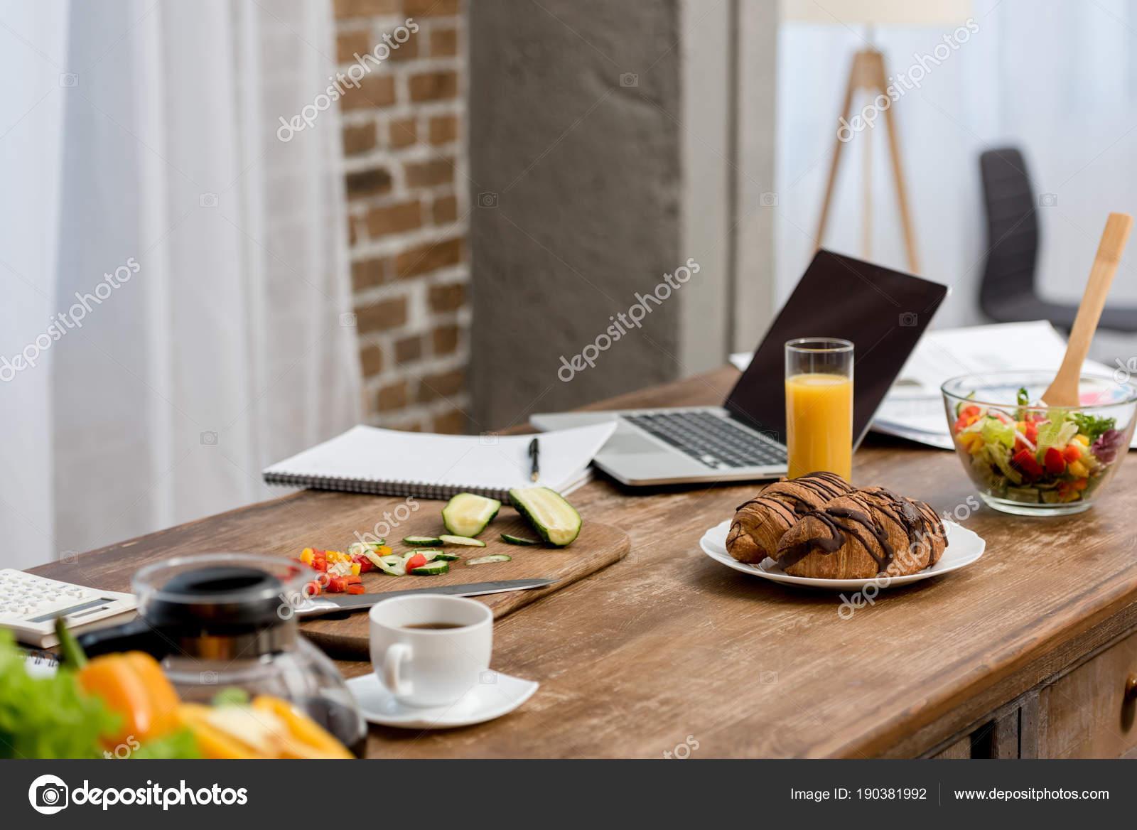 Freier Mitarbeiter Arbeitsplatz Küche Mit Essen Auf Den Tisch Und ...
