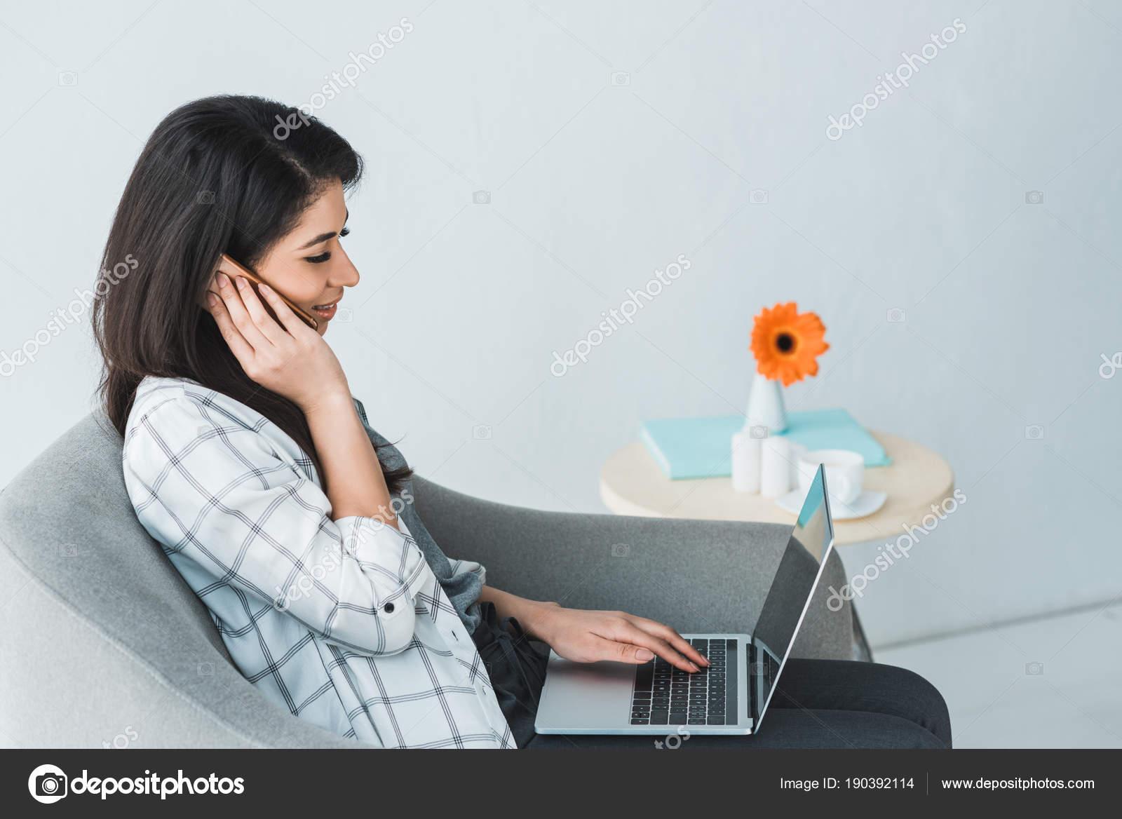 Девушка на работе разговаривает по телефону работа в семилуках для девушек