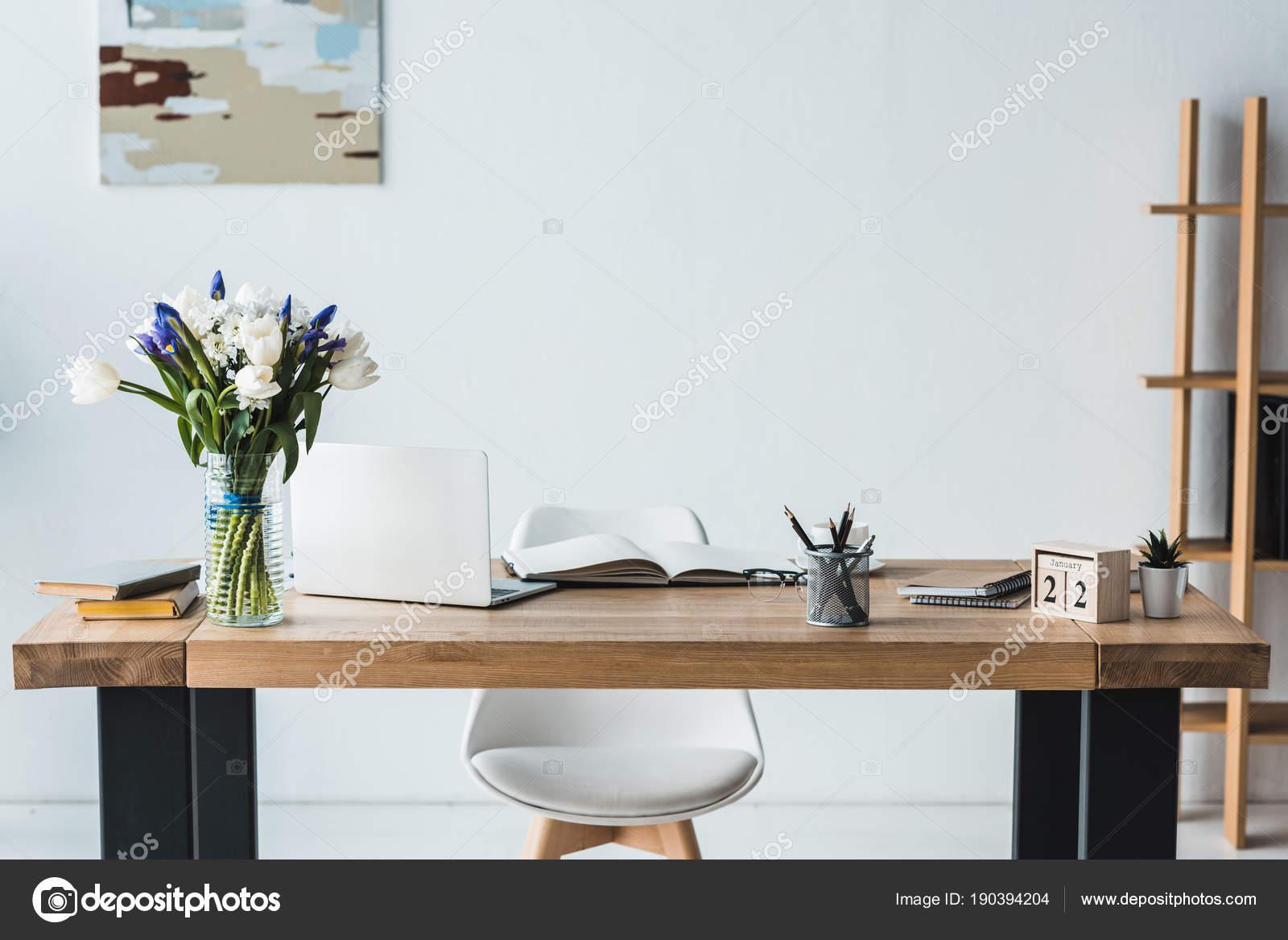 Lieu Travail Moderne Avec Ordinateur Portable Sur Une Table Bois ...