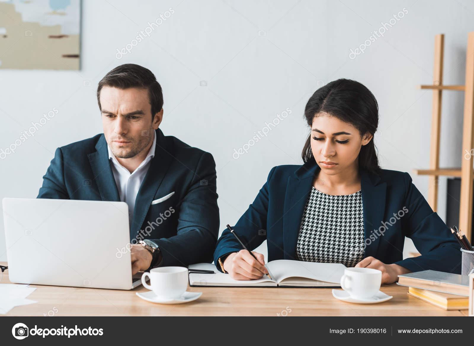 Geschaftsmann Und Geschaftsfrau Von Tabelle Mit Laptop Hellen Buro