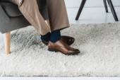 Vista del primo piano dei piedi maschili in scarpe di cuoio