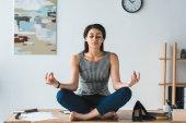 Podnikatelka v józe představují relaxační na stole v kanceláři