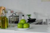 zralá jablka na desku na kuchyňské lince
